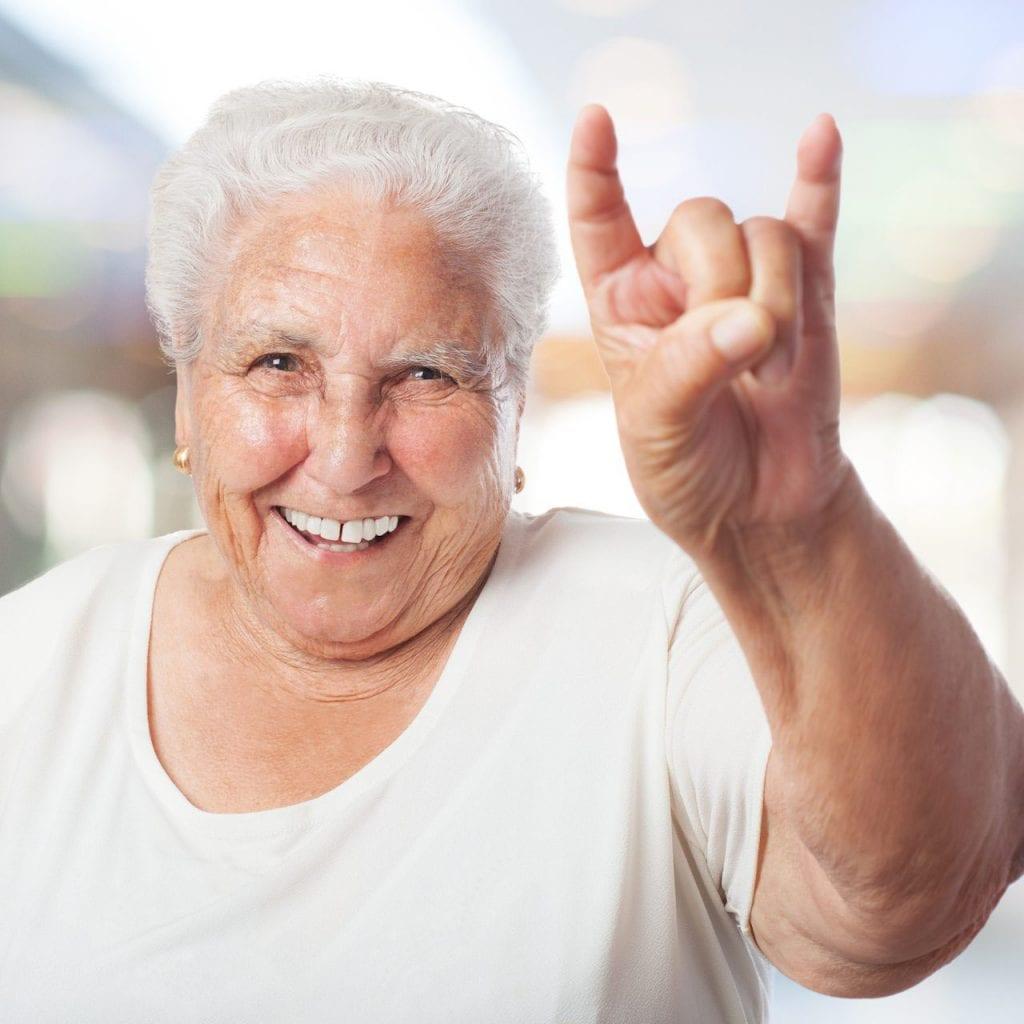 minuteman's Portfolio - Psychologische Praxis Mmag. Pletzer in Innsbruck für Demenzkranke und Angehörige - ältere Dame zeigt Rockerzeichen